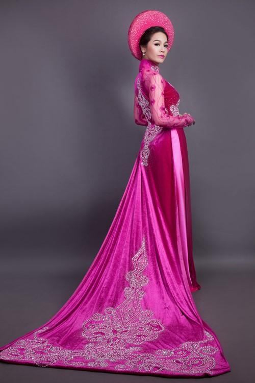 Chất liệu vải nhung cho mẫu áo dài cưới màu hồng cánh sen càng thêm trang trọng