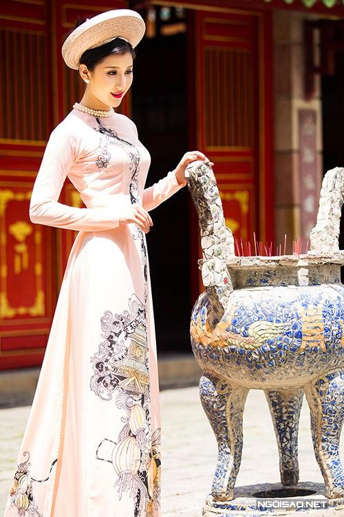 Cô dâu trong tà áo dài cưới màu hồng phấn với họa tiết cổ truyền dân tộc