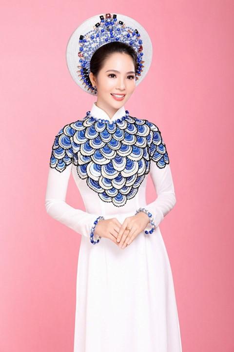 Đầy nổi bật với áo dài cưới đính đá xanh