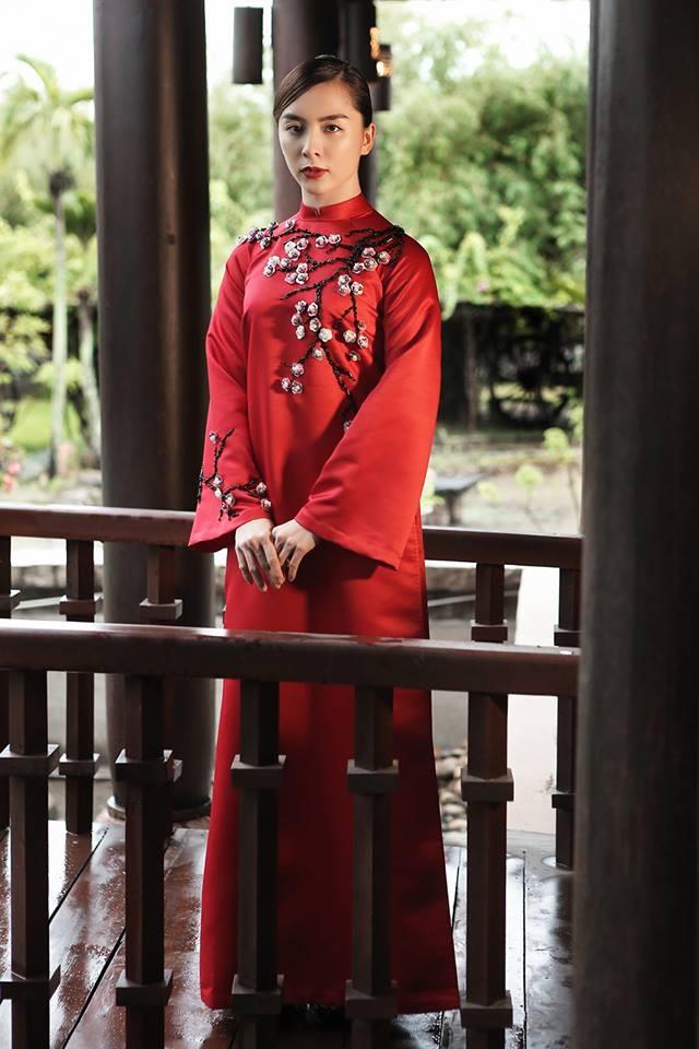 Đơn giản nhưng thu hút như áo dài đỏ kết hoa