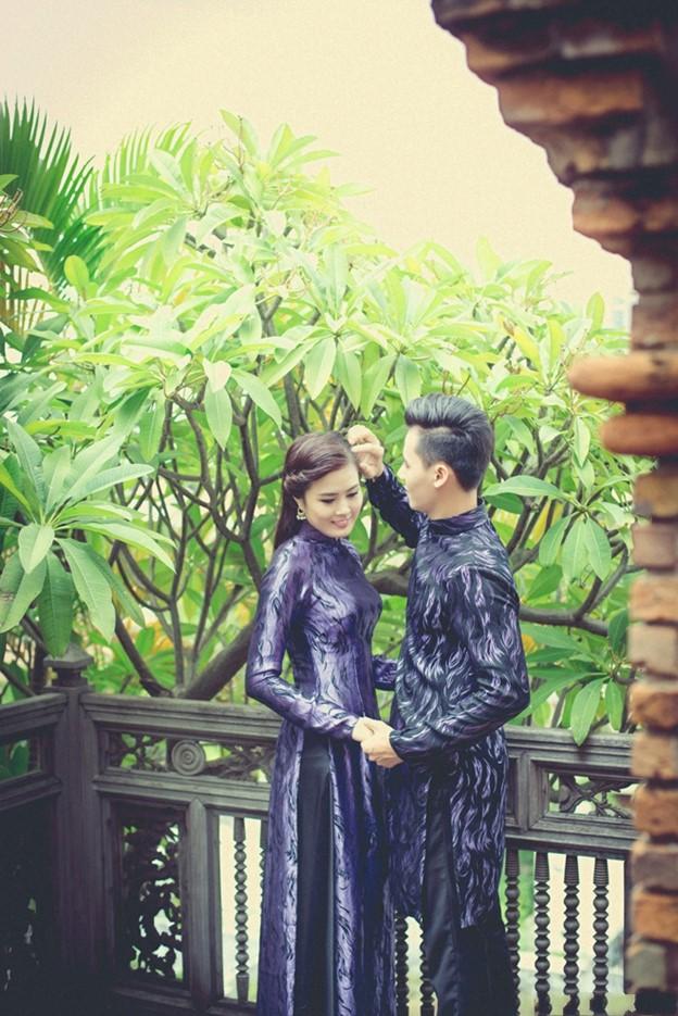 Dù ít được sử dụng trong ngày cưới nhưng mẫu áo dài gấm màu đen lại xuất hiện với vẻ đẹp đầy cuốn hút