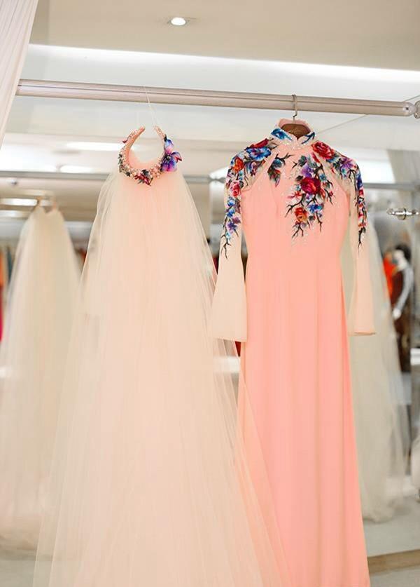 Khăn đội đầu cách tân biến cô dâu trở thành một nàng tiên mùa xuân với sắc hồng dịu ngọt