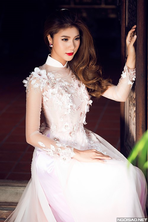 Không chỉ có ngọc trai, họa tiết hoa nổi cũng được các nhà thiết kế chọn lựa cho mẫu áo dài trắng cho cô dâu