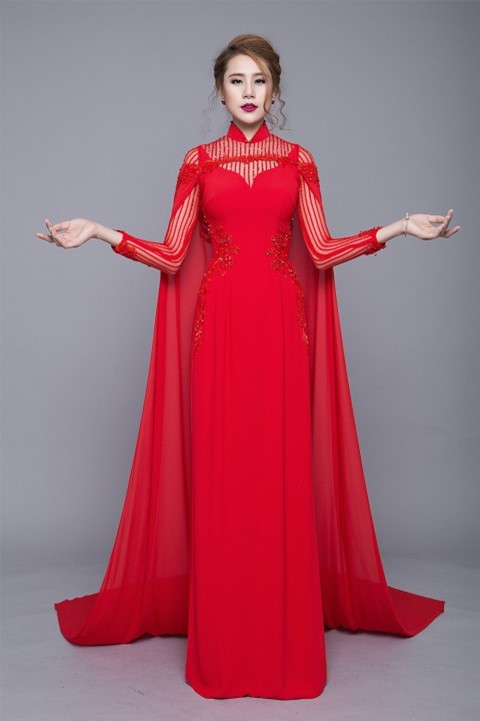 Lấy cảm hứng từ chiếc áo choàng của các nàng công chúa trong truyện cổ tích, áo dài màu đỏ kết hợp khéo léo giữa ren họa tiết sọc dọc và cườm