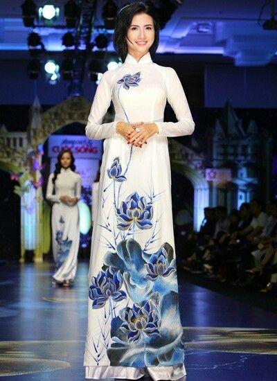 Lấy cảm hứng từ nét đẹp thanh tao của hoa sen ngát hương, mẫu áo dài cưới tôn vinh nét đẹp phẩm chất của cô dâu trong ngày vui trọng đại