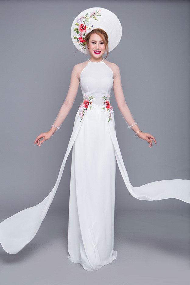 Lấy cảm hứng từ vẻ đẹp áo yếm của người phụ nữ Bắc Bộ, mẫu áo cưới màu trắng thêu hoa kèm phần tay voan xuyên thấu đem lại vẻ đẹp dịu hiền, đài các