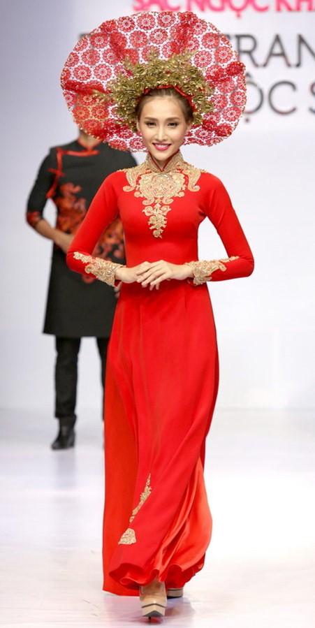 Mẫu áo dài cưới đơn giản với vải trơn và hoa văn ánh kim ở cổ và tay áo