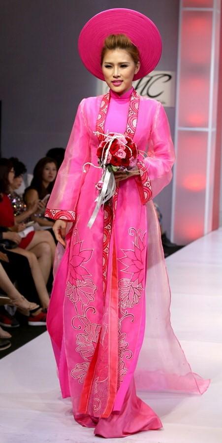 Mẫu áo dài cưới màu hồng truyền thống với áo khoác ngoài xuyên thấu