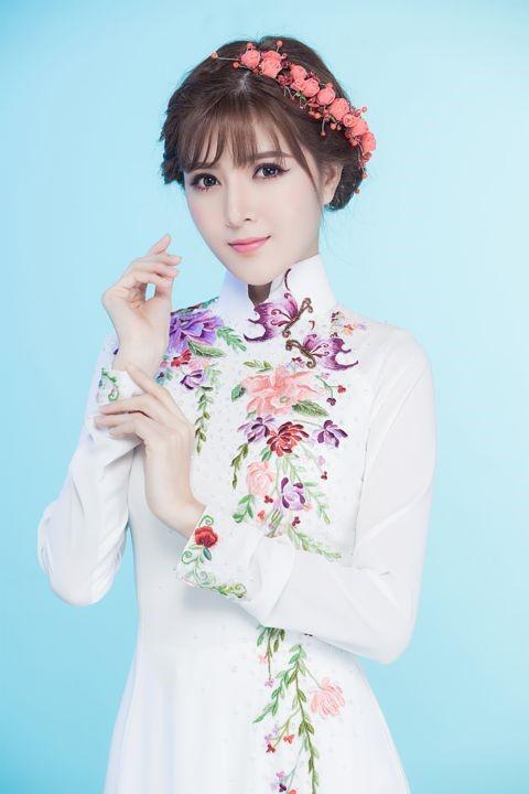 Mẫu áo dài cưới màu trắng đơn giản với hoa thêu mang nét đẹp của nàng tiên mùa xuân