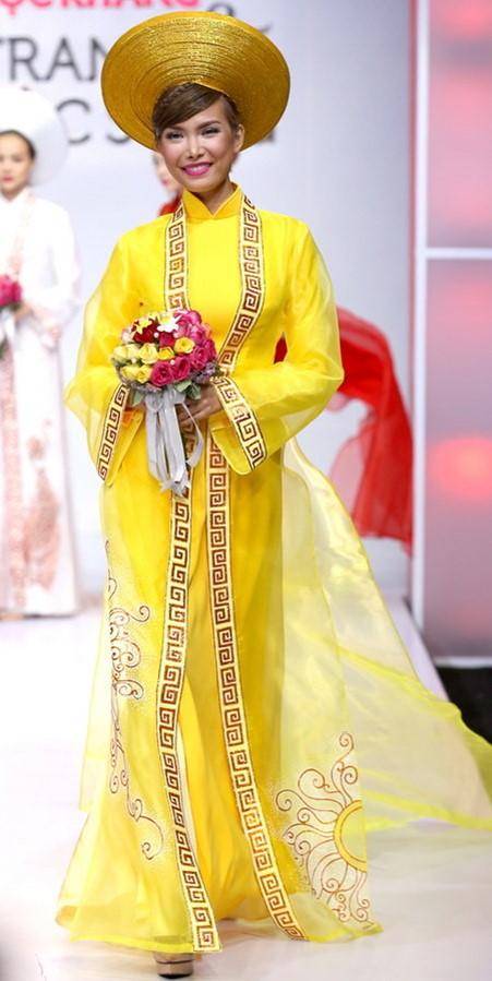 Mẫu áo dài cưới màu vàng cổ truyền đầy quen thuộc