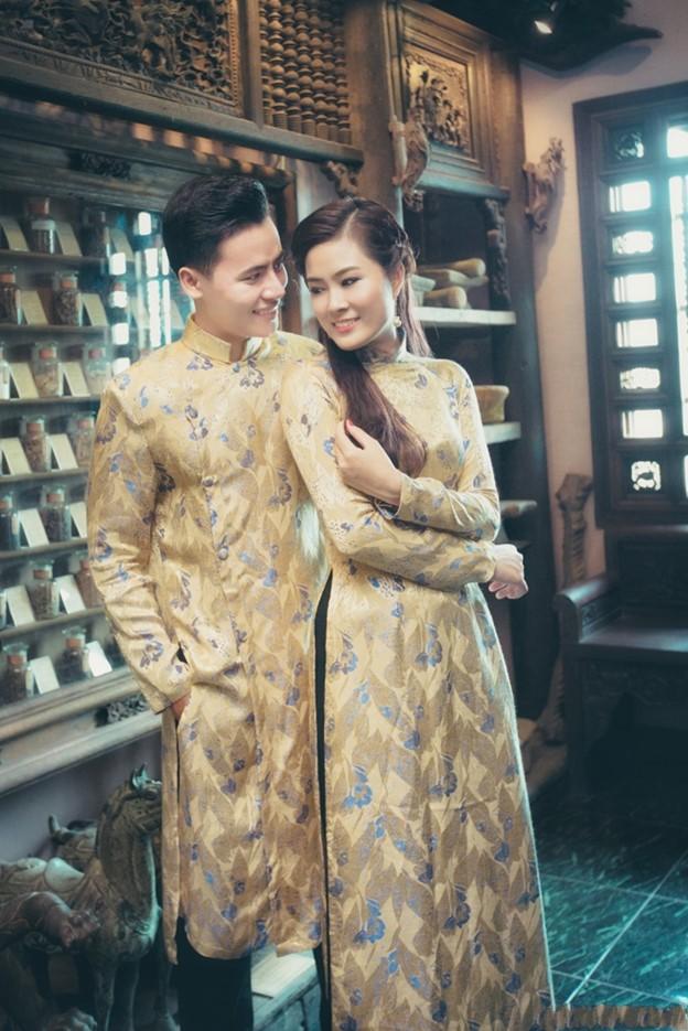 Mẫu áo dài cưới màu vàng đồng cho đôi uyên ương