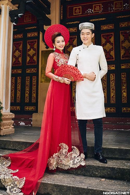 Mẫu áo dài cưới trang trọng nhưng vô cùng phá cách khi tà áo dài của chú rể được cách tân
