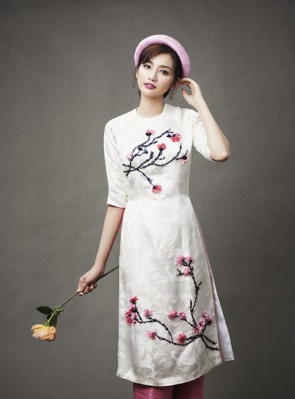 Mẫu áo dài kết bông mang hơi thở mùa xuân được đông đảo bạn gái yêu thích
