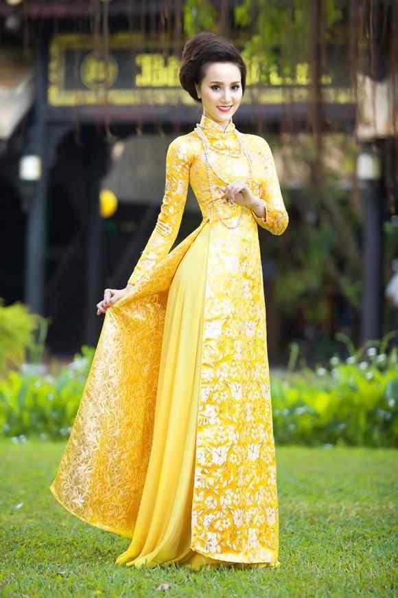 Sang trọng, quý phái cùng mẫu áo dài vàng gấm hoa