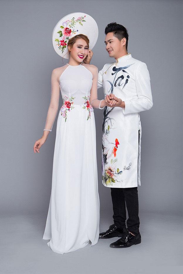 Sự kết hợp đầy tinh tế giữa hoa và thư pháp trong bộ trang phục áo dài cưới dành cho cô dâu chú rể
