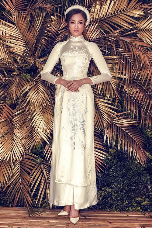 Thêm một mẫu áo dài bằng gấm trắng