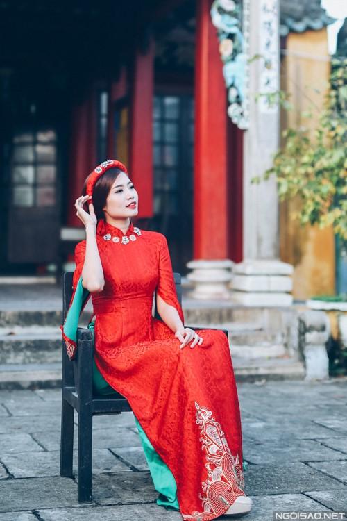Thiết kế tuy đơn giản nhưng với phần cách điệu xẻ phần tay áo tạo nên nét độc đáo cho cả bộ trang phục áo dài bằng gấm