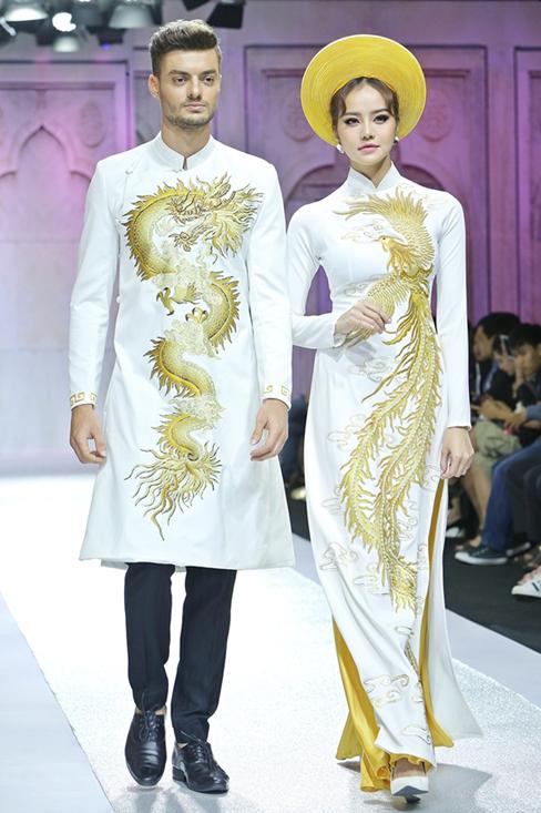 Một trong những thiết kế áo dài cưới cách tân tiêu biểu hiện nay, với họa tiết rồng phượng càng tạo được vẻ sang trọng cho bộ trang phục