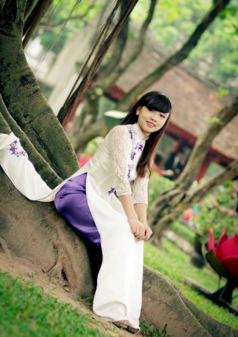 Chiếc áo dài trắng quần tím được ưa chuộng trong những buổi chụp hình tổng kết của các nữ sinh