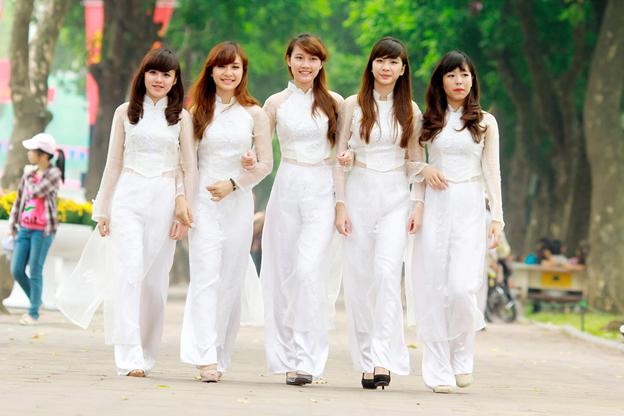 Nhiều thiết kế cổ áo đa dạng, kết hợp với hoa văn trắng làm chiếc áo dài thêm độc đáo hơn