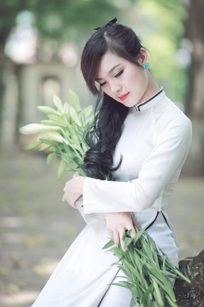 Nữ sinh trong chiếc áo dài cách tân với viền đen cổ áo và tà áo