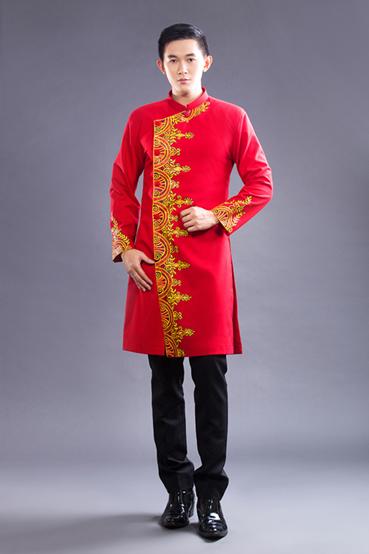 Vẻ chững chạc, trưởng thành của người mặc khi mang trên mình thiết kế áo dài cách tân màu đỏ