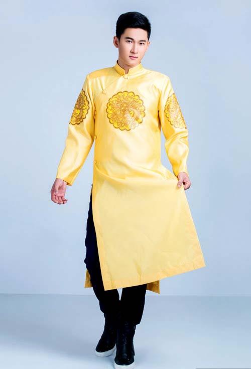Người mặc trông trẻ trung, tươi sáng hơn khi mặc chiếc áo dài cách tân màu vàng