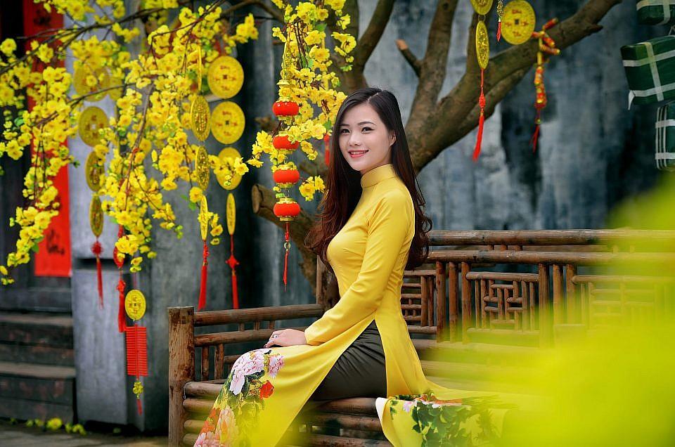 Áo dài chụp hình Tết màu vàng