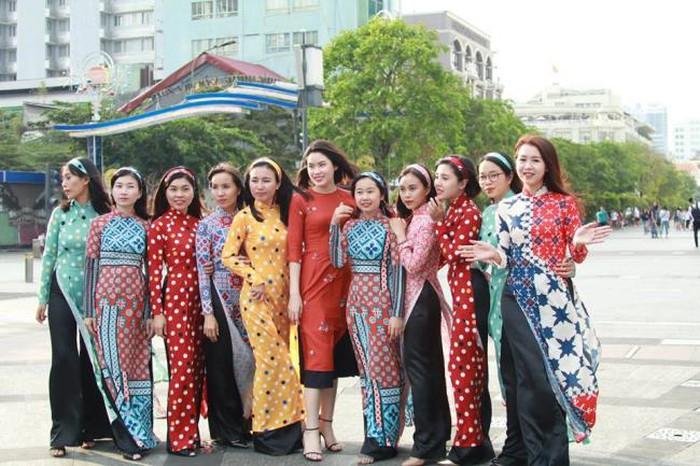 Áo dài chụp hình Tết phong cách Cô Ba Sài Gòn